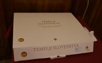 Škatla, v kateri je knjiga Temelji slovenstva